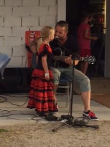 Andreas Lissbol med söta dottern 'Elvis' i ett extra nummer.