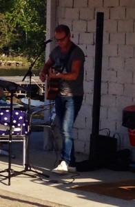 Mikael Olofsson sjunger och spelar för oss i den ljumma sommarkvällen