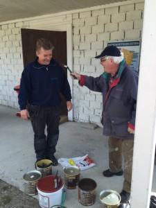 Lennart Adolfsson och Ulf Lejdestrand med målarpenslar i högsta hugg