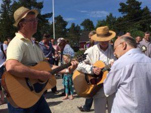 Musikerna Mats Sjöström, Mikael Björnström och Bosse Lundberg inför midsommardansen.