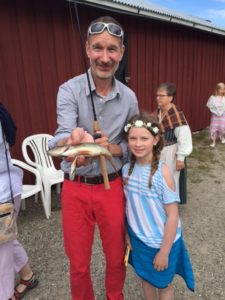 Årets vinnare av fisketävlingen blev Ebba Stenborg! Här med stolt pappa tillika hamnföreningens sekreterare Johan Stenborg.